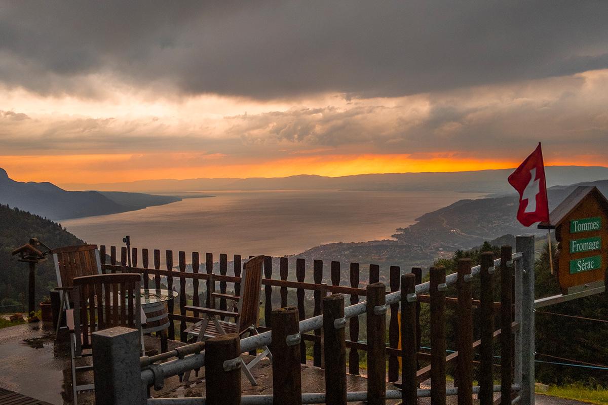 Le Lac Léman avec couché de soleil